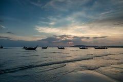 AO Nang, επαρχία Krabi Παραδοσιακές ταϊλανδικές βάρκες στην παραλία ηλιοβασιλέματος Στοκ Εικόνες