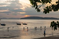 AO Nang, επαρχία Krabi Παραδοσιακές ταϊλανδικές βάρκες στην παραλία ηλιοβασιλέματος Στοκ Φωτογραφίες