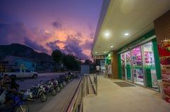 AO Nang, στις 3 Ιουνίου 2014: Τοπικοί κατάστημα και χώρος στάθμευσης Lotus Tesco στους ήλιους Στοκ Εικόνα