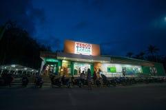AO Nang, στις 3 Ιουνίου 2014: Τοπικοί κατάστημα και χώρος στάθμευσης Lotus Tesco στους ήλιους Στοκ Εικόνες