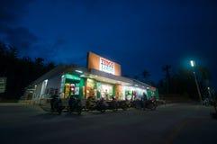 AO Nang, στις 3 Ιουνίου 2014: Τοπικοί κατάστημα και χώρος στάθμευσης Lotus Tesco στους ήλιους Στοκ Φωτογραφίες