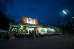AO Nang, στις 3 Ιουνίου 2014: Τοπικοί κατάστημα και χώρος στάθμευσης Lotus Tesco στους ήλιους Στοκ φωτογραφία με δικαίωμα ελεύθερης χρήσης