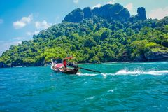 AO NANG, ΤΑΪΛΆΝΔΗ - 5 ΜΑΡΤΊΟΥ 2018: Μακριά βάρκα ουρών στην Ταϊλάνδη, που στέκεται στο νησί κοτόπουλου σε μια πανέμορφη ηλιόλουστ Στοκ εικόνες με δικαίωμα ελεύθερης χρήσης