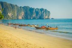 AO NANG, ΤΑΪΛΆΝΔΗ - 5 ΜΑΡΤΊΟΥ 2018: Μη αναγνωρισμένοι άνθρωποι που περπατούν στην παραλία κοντά στην αλιεία των ταϊλανδικών βαρκώ Στοκ φωτογραφία με δικαίωμα ελεύθερης χρήσης