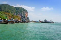 AO NANG, ΤΑΪΛΆΝΔΗ - 23 ΜΑΡΤΊΟΥ 2018: Υπαίθρια άποψη πολλής μακριάς βάρκας ουρών στην Ταϊλάνδη, που στέκεται στο νησί κοτόπουλου σ Στοκ Φωτογραφίες
