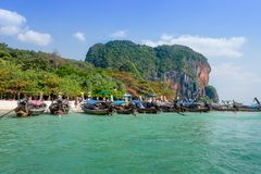 AO NANG, ΤΑΪΛΆΝΔΗ - 23 ΜΑΡΤΊΟΥ 2018: Υπαίθρια άποψη πολλής μακριάς βάρκας ουρών στην Ταϊλάνδη, που στέκεται στο νησί κοτόπουλου σ Στοκ Εικόνες
