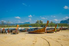 AO NANG, ΤΑΪΛΆΝΔΗ - 5 ΜΑΡΤΊΟΥ 2018: Υπαίθρια άποψη της αλιείας των ταϊλανδικών βαρκών στην ακτή po-DA του νησιού, επαρχία Krabi Στοκ Φωτογραφίες