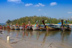 AO NANG, ΤΑΪΛΆΝΔΗ - 5 ΜΑΡΤΊΟΥ 2018: Υπαίθρια άποψη της αλιείας των ταϊλανδικών βαρκών σε μια σειρά στην ακτή po-DA του νησιού, Kr Στοκ Εικόνα