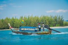 AO NANG, ΤΑΪΛΆΝΔΗ - 5 ΜΑΡΤΊΟΥ 2018: Υπαίθρια άποψη της μακριάς βάρκας ουρών στην Ταϊλάνδη, που πλέει με το νησί κοτόπουλου σε ένα Στοκ εικόνα με δικαίωμα ελεύθερης χρήσης