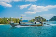 AO NANG, ΤΑΪΛΆΝΔΗ - 5 ΜΑΡΤΊΟΥ 2018: Υπαίθρια άποψη της μακριάς βάρκας ουρών στην Ταϊλάνδη, που πλέει με το νησί κοτόπουλου σε ένα Στοκ Εικόνες