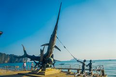 AO NANG, ΤΑΪΛΆΝΔΗ - 5 ΜΑΡΤΊΟΥ 2018: Υπαίθρια άποψη του μνημείου ξιφιών χαλκού στην προκυμαία στο AO Nang, Krabi Στοκ Φωτογραφίες
