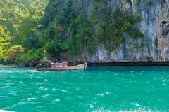 AO NANG, ΤΑΪΛΆΝΔΗ - 23 ΜΑΡΤΊΟΥ 2018: Υπαίθρια άποψη των βαρκών τουριστών στην Ταϊλάνδη, που στέκεται στο νησί κοτόπουλου σε έναν  Στοκ φωτογραφίες με δικαίωμα ελεύθερης χρήσης