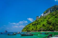 AO NANG, ΤΑΪΛΆΝΔΗ - 5 ΜΑΡΤΊΟΥ 2018: Υπαίθριο virw πολλής μακριάς βάρκας ουρών στην Ταϊλάνδη, που στέκεται στο νησί κοτόπουλου στο Στοκ φωτογραφία με δικαίωμα ελεύθερης χρήσης