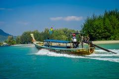 AO NANG, ΤΑΪΛΆΝΔΗ - 5 ΜΑΡΤΊΟΥ 2018: Όμορφη υπαίθρια άποψη της μακριάς βάρκας ουρών στην Ταϊλάνδη, που πλέει με το νησί κοτόπουλου Στοκ εικόνα με δικαίωμα ελεύθερης χρήσης