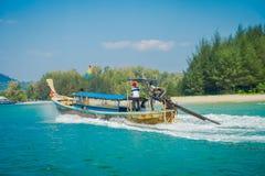 AO NANG, ΤΑΪΛΆΝΔΗ - 5 ΜΑΡΤΊΟΥ 2018: Όμορφη υπαίθρια άποψη της μακριάς βάρκας ουρών στην Ταϊλάνδη, που πλέει με το νησί κοτόπουλου Στοκ Εικόνες