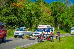 AO NANG, ΤΑΪΛΆΝΔΗ - 9 ΦΕΒΡΟΥΑΡΊΟΥ 2018: Υπαίθρια άποψη του ατυχήματος μοτοσικλετών στο δρόμο με ένα ασθενοφόρο που σταθμεύουν σε  Στοκ Φωτογραφία