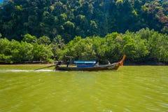 AO NANG, ТАИЛАНД - 19-ОЕ ФЕВРАЛЯ 2018: Красивый внешний взгляд неопознанных людей удя в тайских шлюпках в реке Стоковая Фотография