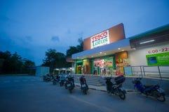 Ao Nang, 22 2014 Czerwiec: Tesco miejscowego Lotosowy sklep i parking na słońcu Obrazy Stock