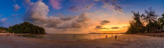 Ao Nang Krabi Thailand het strand heeft overvloed van mensen in de avond Gouden lichte Panoramische foto royalty-vrije stock afbeeldingen
