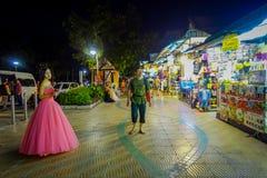 AO NANG, TAILÂNDIA - 9 DE FEVEREIRO DE 2018: Opinião exterior homem não identificado que anda em um passeio perto de uma mulher q Imagem de Stock Royalty Free