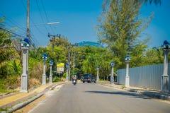 AO NANG, TAILÂNDIA - 19 DE MARÇO DE 2018: O pessoa não identificado que monta uma motocicleta nas ruas perto do local compra no A Foto de Stock Royalty Free