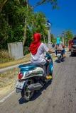 AO NANG, TAILÂNDIA - 19 DE MARÇO DE 2018: O pessoa não identificado que monta uma motocicleta nas ruas perto do local compra no A Fotos de Stock Royalty Free