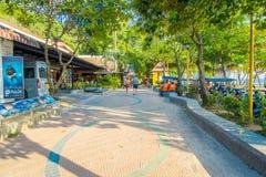 AO NANG, TAILÂNDIA - 5 DE MARÇO DE 2018: A opinião exterior o turista que anda no local compra no mercado da parte dianteira da p Imagem de Stock Royalty Free