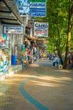 AO NANG, TAILÂNDIA - 5 DE MARÇO DE 2018: A opinião exterior o turista que anda no local compra no mercado da parte dianteira da p Imagem de Stock