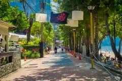 AO NANG, TAILÂNDIA - 19 DE MARÇO DE 2018: Os turistas que andam perto das lojas locais em Ao Nang encalham o mercado dianteiro Pr Imagem de Stock Royalty Free