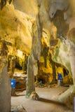 AO NANG, TAILANDIA - 23 DE MARZO DE 2018: Vista interior asombrosa del khanabnam antiguo de Khao de la cueva en la provincia de K Foto de archivo