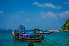 AO NANG TAJLANDIA, MARZEC, - 05, 2018: Długiego ogonu łódź w Tajlandia, stoi na kurczak wyspie w wspaniałym słonecznym dniu i Zdjęcie Royalty Free