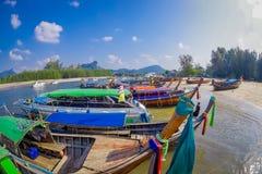 AO NANG TAJLANDIA, MARZEC, - 05, 2018: Nad widok łowić tajlandzkie łodzie przy brzeg Da wyspa, Krabi prowincja Obrazy Royalty Free