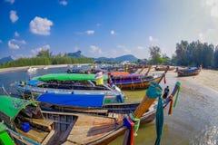AO NANG TAJLANDIA, MARZEC, - 05, 2018: Nad widok łowić tajlandzkie łodzie przy brzeg Da wyspa, Krabi prowincja Obraz Stock