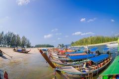 AO NANG TAJLANDIA, MARZEC, - 05, 2018: Nad widok łowić tajlandzkie łodzie przy brzeg Da wyspa, Krabi prowincja Zdjęcie Royalty Free