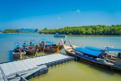 AO NANG TAJLANDIA, MARZEC, - 05, 2018: Nad widok połów długie tajlandzkie łodzie przy brzeg Da wyspa, Krabi prowincja Zdjęcia Royalty Free
