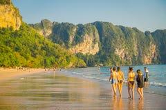 AO NANG TAJLANDIA, MARZEC, - 05, 2018: Niezidentyfikowani ludzie chodzi w plaży z górą w horizont, Andaman Obrazy Stock