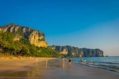 AO NANG TAJLANDIA, MARZEC, - 05, 2018: Niezidentyfikowani ludzie chodzi w plaży z górą w horizont, Andaman Obraz Stock