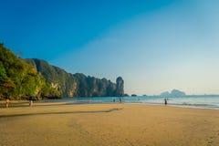 AO NANG TAJLANDIA, MARZEC, - 05, 2018: Niezidentyfikowani ludzie cieszy się wspaniałego widok plaża z górą w Obrazy Stock
