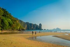 AO NANG TAJLANDIA, MARZEC, - 05, 2018: Niezidentyfikowani ludzie cieszy się wspaniałego widok plaża z górą w Obrazy Royalty Free