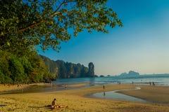 AO NANG TAJLANDIA, MARZEC, - 05, 2018: Niezidentyfikowani ludzie cieszy się wspaniałego widok plaża z górą w Obraz Stock