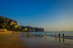 AO NANG TAJLANDIA, MARZEC, - 05, 2018: Niezidentyfikowani ludzie przy plażą z górą w horizont, Andaman morze, południe Zdjęcie Stock