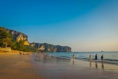 AO NANG TAJLANDIA, MARZEC, - 05, 2018: Niezidentyfikowani ludzie przy plażą z górą w horizont, Andaman morze, południe Obraz Royalty Free