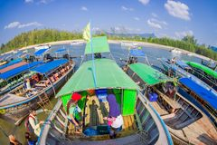 AO NANG TAJLANDIA, MARZEC, - 05, 2018: Piękny nad widok łowić tajlandzkie łodzie przy brzeg Da wyspa, Krabi Zdjęcie Stock