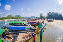 AO NANG TAJLANDIA, MARZEC, - 05, 2018: Piękny nad widok łowić tajlandzkie łodzie przy brzeg Da wyspa, Krabi Obraz Stock