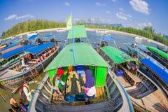 AO NANG TAJLANDIA, MARZEC, - 05, 2018: Piękny nad widok łowić tajlandzkie łodzie przy brzeg Da wyspa, Krabi Obrazy Stock