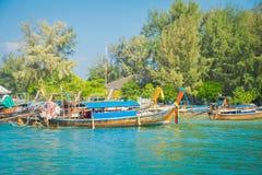 AO NANG TAJLANDIA, MARZEC, - 05, 2018: Piękny plenerowy widok dużo łowi tajlandzkie łodzie przy brzeg Da wyspa Zdjęcia Stock