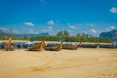 AO NANG TAJLANDIA, MARZEC, - 05, 2018: Plenerowy widok Łowić tajlandzkie łodzie przy brzeg Da wyspa, Krabi prowincja Zdjęcie Royalty Free