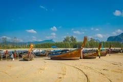 AO NANG TAJLANDIA, MARZEC, - 05, 2018: Plenerowy widok Łowić tajlandzkie łodzie przy brzeg Da wyspa, Krabi prowincja Zdjęcia Stock