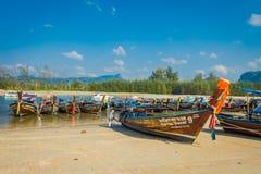 AO NANG TAJLANDIA, MARZEC, - 05, 2018: Plenerowy widok Łowić tajlandzkie łodzie przy brzeg Da wyspa z rzędu, Krabi Fotografia Stock