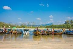 AO NANG TAJLANDIA, MARZEC, - 05, 2018: Plenerowy widok Łowić tajlandzkie łodzie przy brzeg Da wyspa z rzędu, Krabi Obrazy Royalty Free